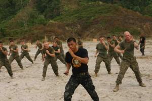 تصویری از نیروهای نظامی فیلیپین در حال تمرین تکنیک های چاقو هنرهای رزمی فیلیپینی